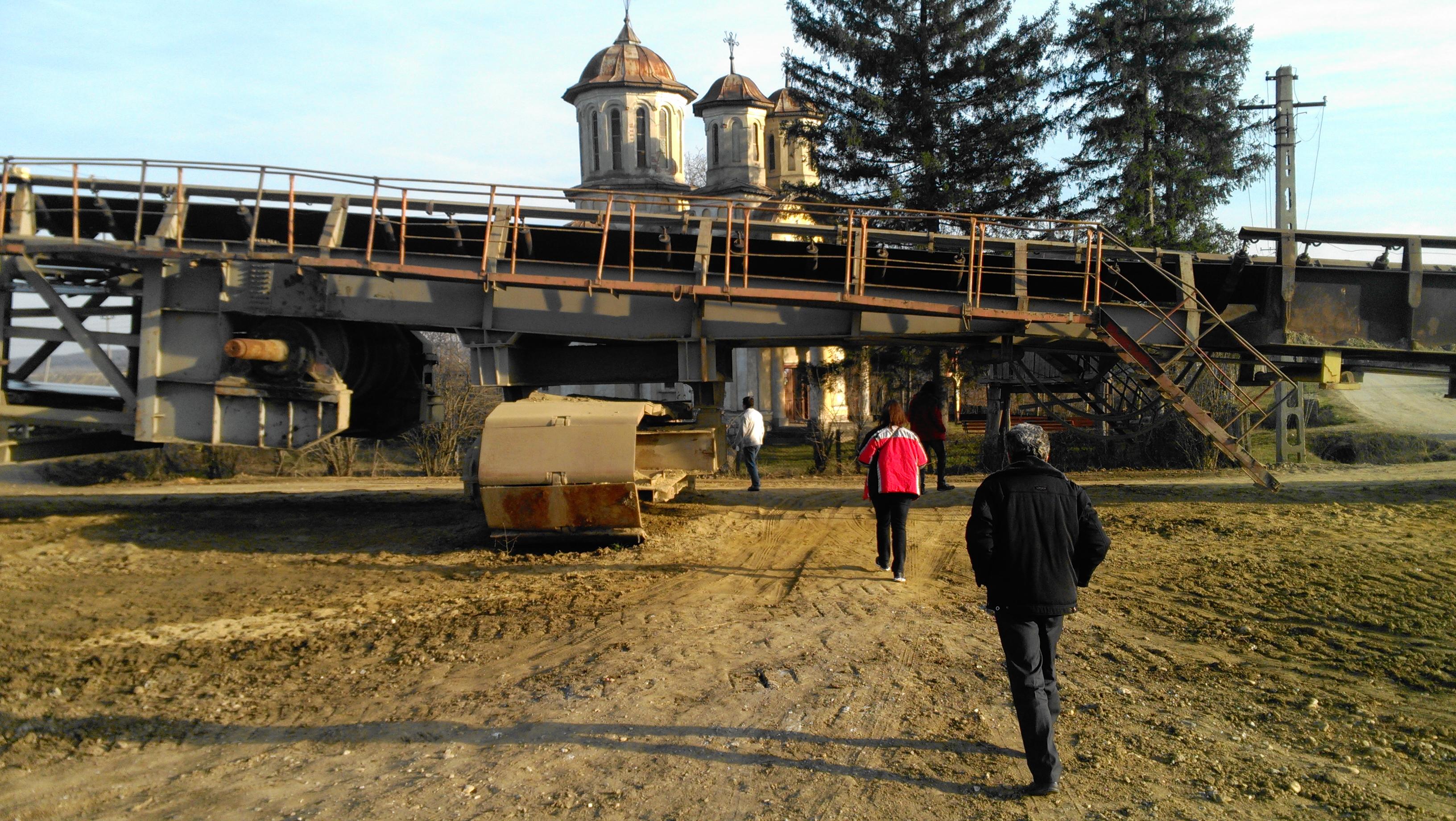 Cum au ajuns giganții energiei din România să dețină biserici, cimitire, școli, drumuri sau construcții, care mai mult înghit bani decât produc