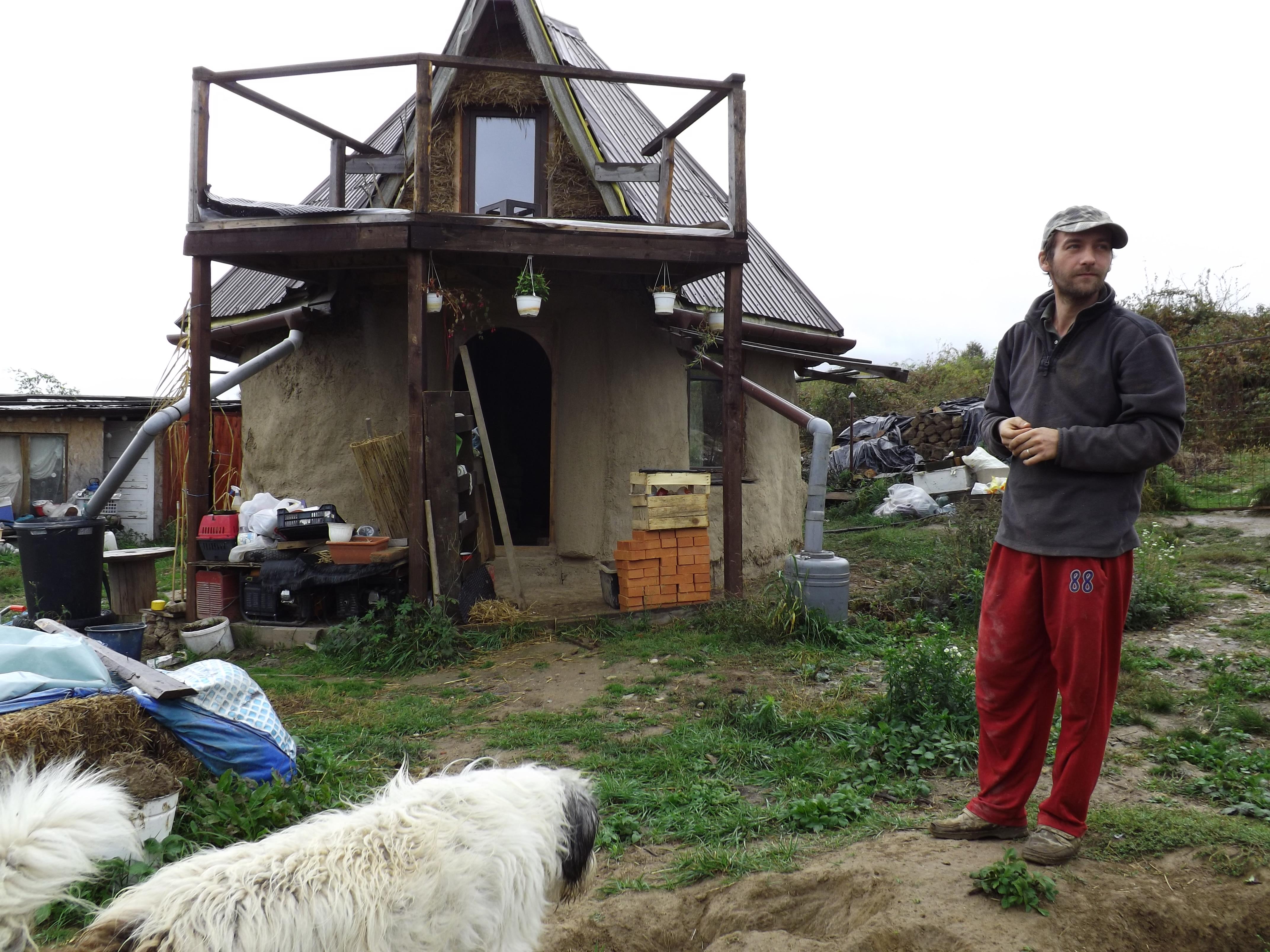 Casa din poveşti. Cum au reuşit doi actori să-şi ridice propria casă, cu doar 3.500 de euro – FOTO