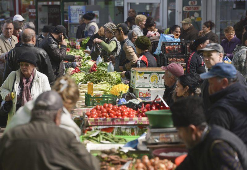 Cei mai mulți bani ai românilor merg pe mâncare