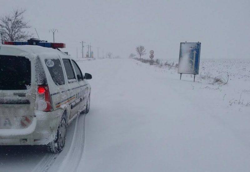 Mai multe drumuri din ţară sunt închise din cauza zăpezii