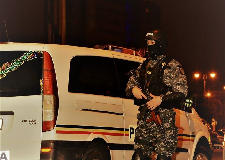 Peste 200 de poliţişti fac percheziţii în Bucureşti