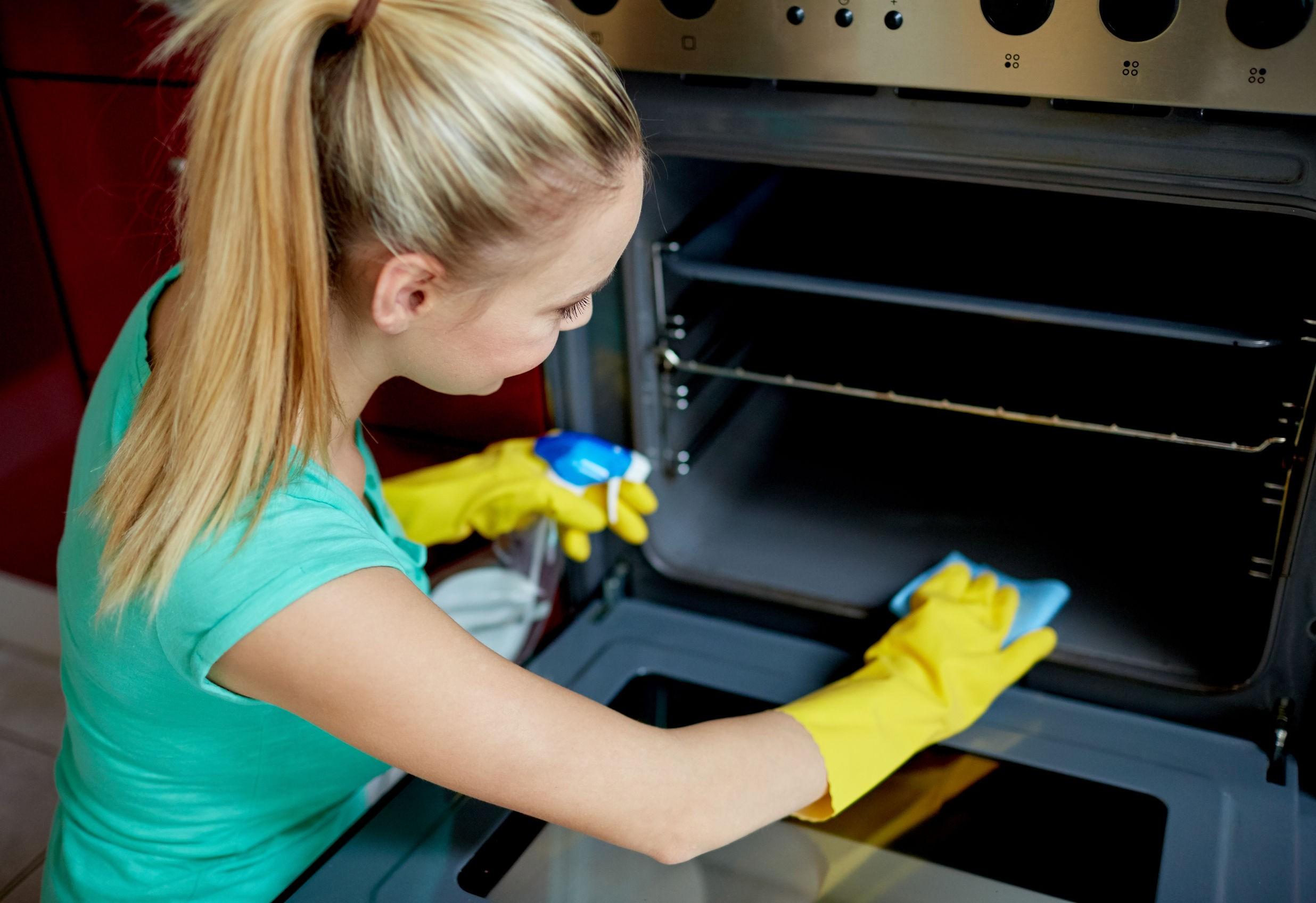 Truc: cum cureți cel mai ușor cuptorul, cu doar două ingrediente