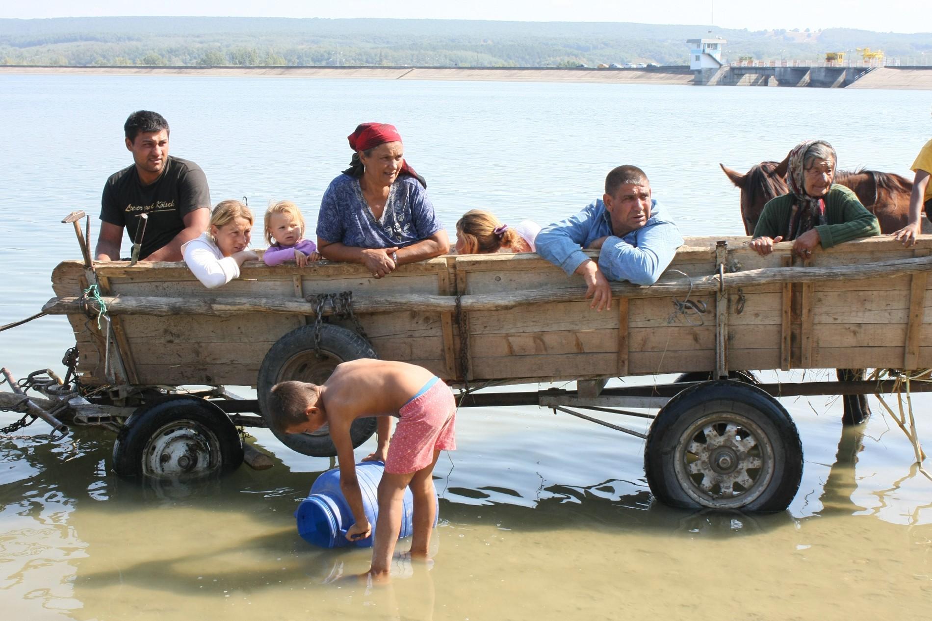 Trei din opt români beau apă nepotabilă. Cât de curată este apa în județul tău