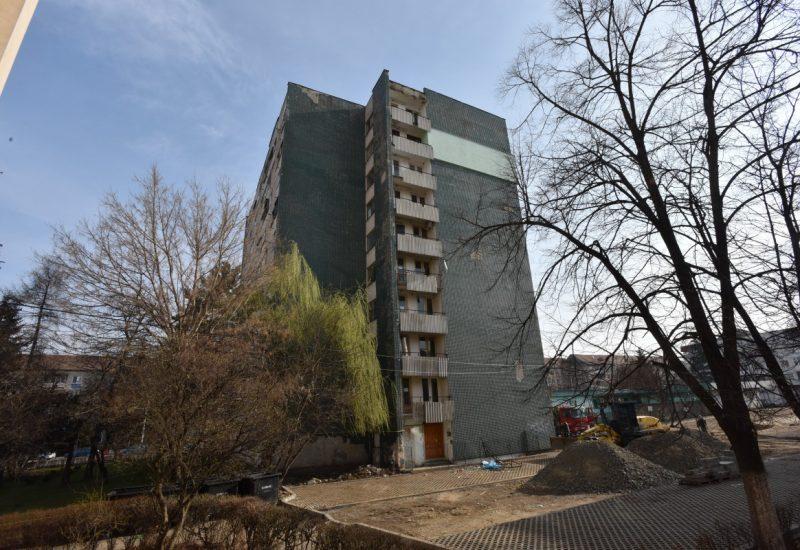 Blocul-turn din care a cazut tanara de 15 ani, pierzandu-si viata