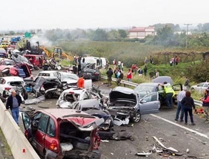 Accident îngrozitor: 27 de morţi după ce un autobuz a fost spulberat de un camion