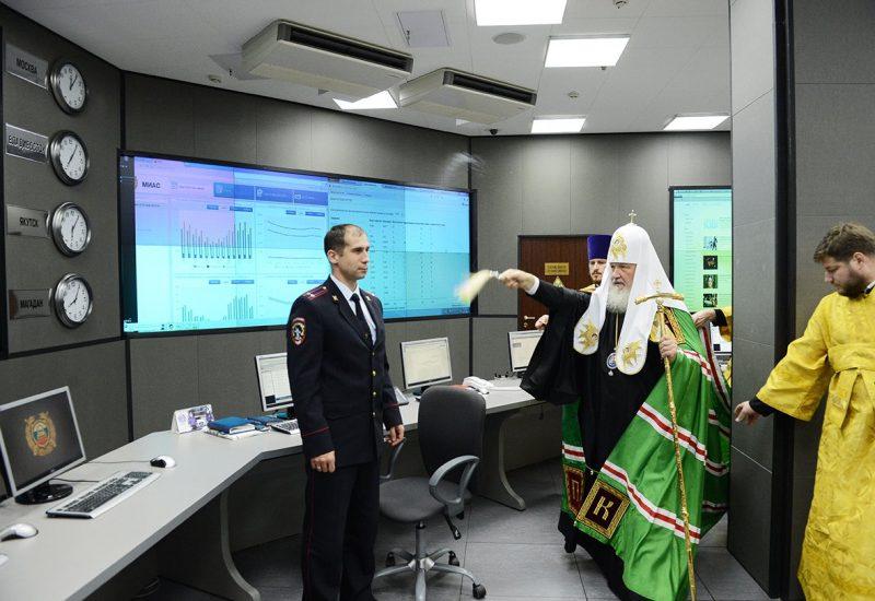 Rusia a găsit arma perfectă împotriva virusului WannaCry: apa sfințită. Patriarhul Kiril al Moscovei a sfințit serverele Ministerului de Interne de la Moscova, iar imaginile au devenit virale